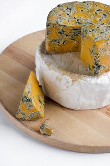 카망베르와 나무 접시에 shropshire 블루 치즈의 조각