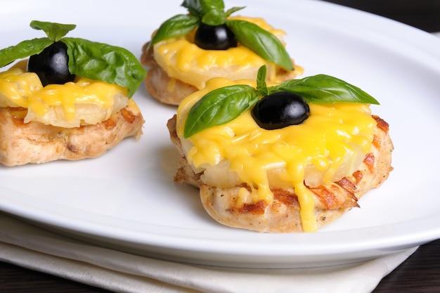 鶏ササミのかけらパイナップルのスライスとチーズ