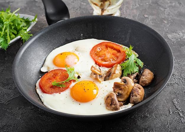 Кусочки куриного филе с грибами, тушеные в томатном соусе с отварной брокколи и рисом.