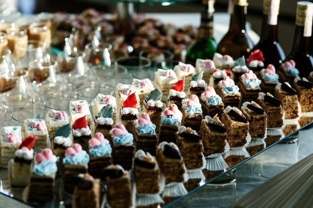 Кусочки шоколадных тортов, украшенных розовой и голубой глазурью