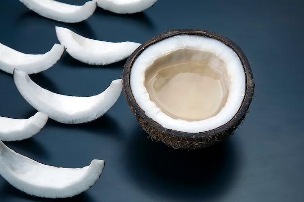 블랙에 잘게 잘린 코코넛 조각. 비타민 과일. 건강에 좋은 음식