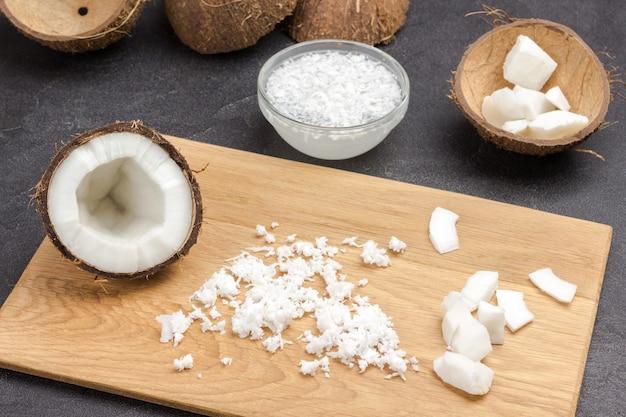 船上にココナッツのかけらとココナッツの半分。 Premium写真