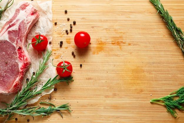 로즈마리와 토마토를 곁들인 생고기 조각