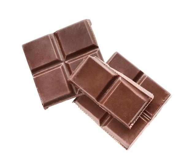 Кусочки темного шоколада на белом фоне