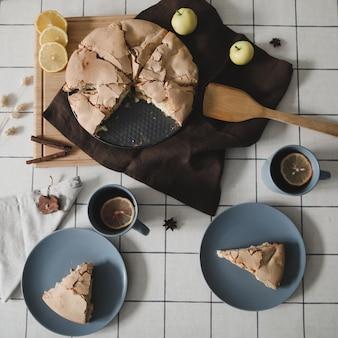 Кусочки вкусного яблочного пирога композиция с вкусным домашним яблочным пирогом с корицей и яблоками на столе плоская планировка вид сверху