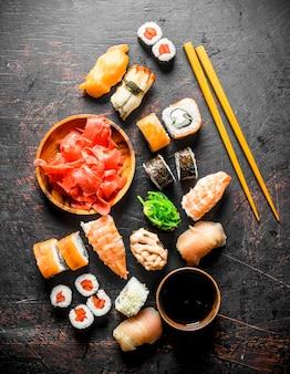 Кусочки вкусных японских суши и роллов с соевым соусом.