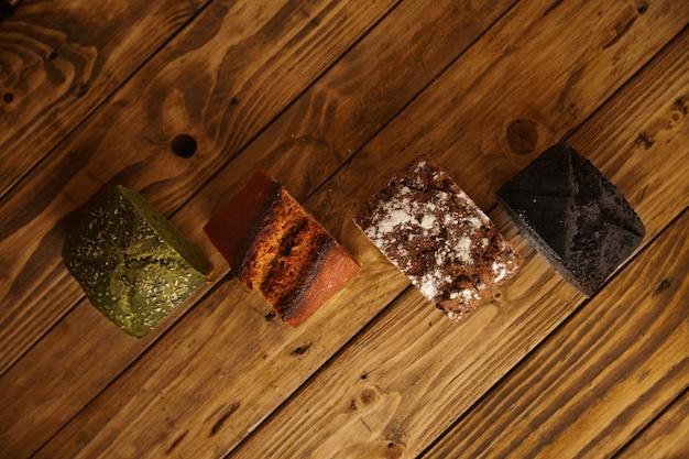 판매용 샘플로 나무 테이블에 제시된 다양한 전문 구운 빵 조각 : 피스타치오