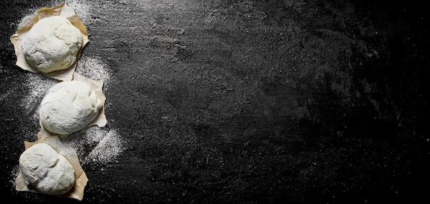 紙の上の生地の断片。黒の素朴な