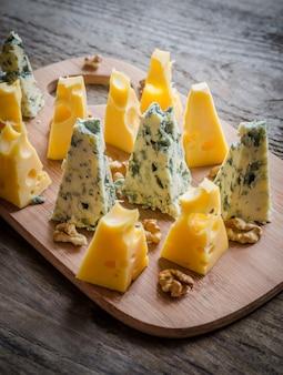 Кусочки эмменталя и голубого сыра