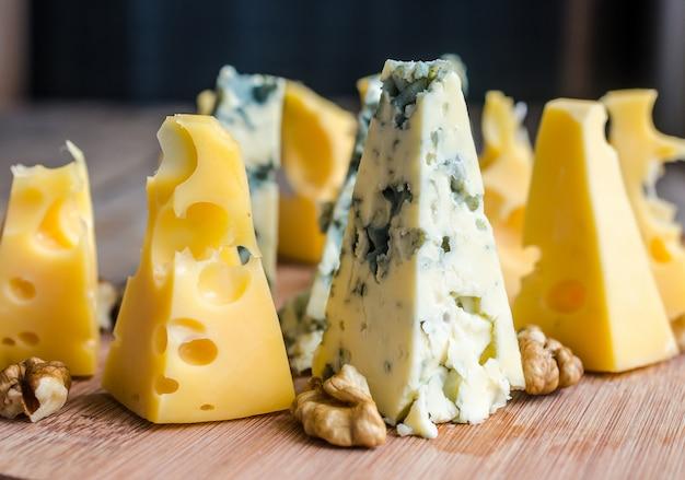 Кусочки сыра эмменталь и голубого сыра