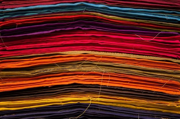 Кусочки ткани с разными цветами