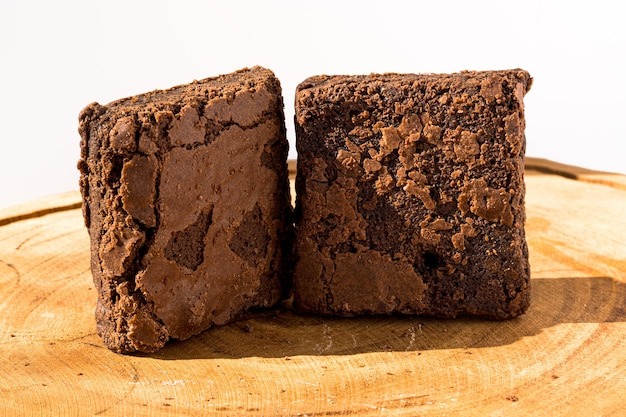 Кусочки свежего домового на деревянных фоне. вкусный шоколадный пирог. макро крупным планом. выборочный фокус.