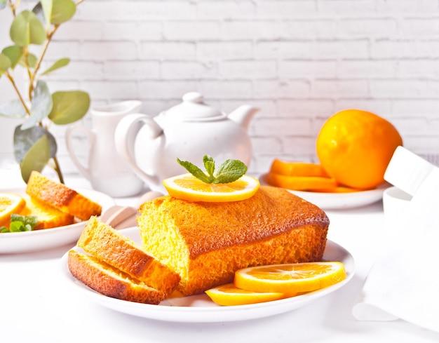 Кусочки свежего домашнего печеного нарезанного лимонного торта на белой тарелке. вид сверху.