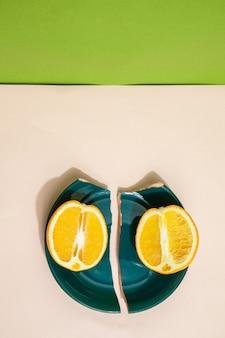 깨진 접시에 신선한 오렌지 조각
