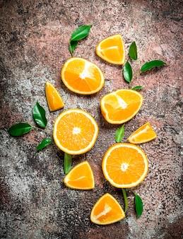 잎을 가진 신선한 오렌지 조각입니다.