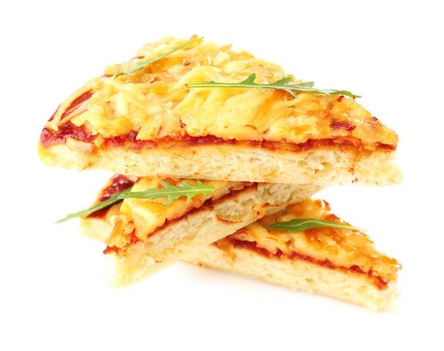 白で分離された新鮮なピザ4チーズの断片