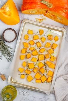 Кусочки свежей сырой органической тыквы готовы к выпечке