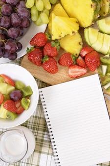 Кусочки фруктов за столом