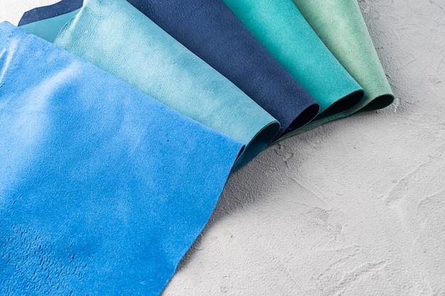 Кусочки натуральной кожи разных цветов используются для пошива аксессуаров.
