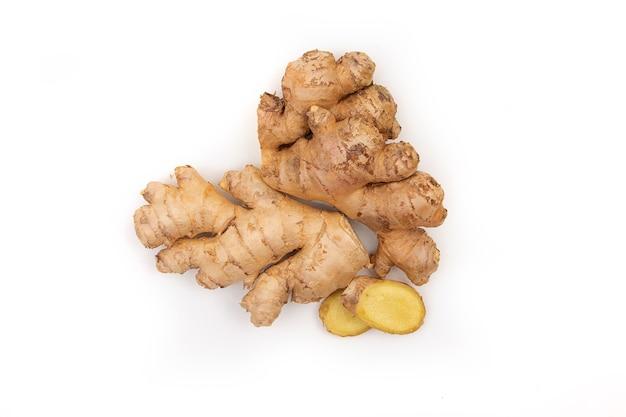 생강과 레몬 조각. 흰색 배경에 자연 의학, 항 인플루엔자 및 항 바이러스 성분.
