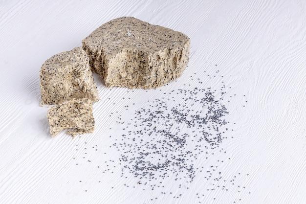 Кусочки халвы из семечек подсолнечника с маком