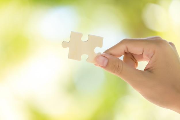 여자의 손에 직소 퍼즐의 조각