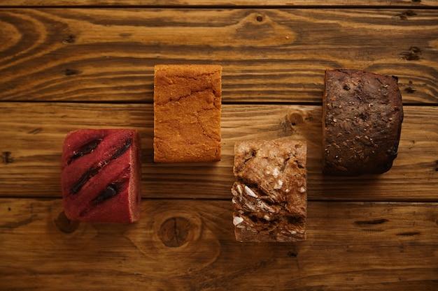 고구마로 만든 판매용 샘플로 나무 테이블에 다양한 수준으로 제시된 혼합 수제 빵 조각