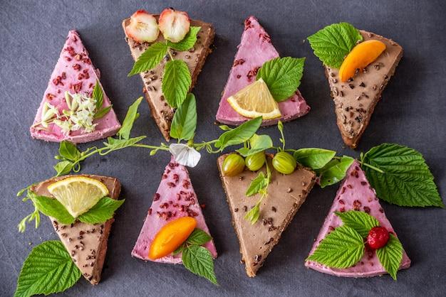 딸기와 견과류 무스 케이크의 조각