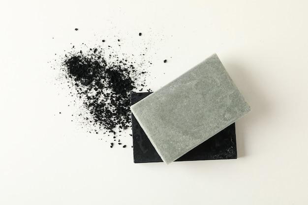 Кусочки натурального мыла ручной работы на белом фоне