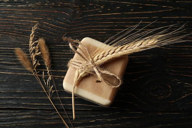 Кусочки натурального мыла ручной работы на деревянных фоне