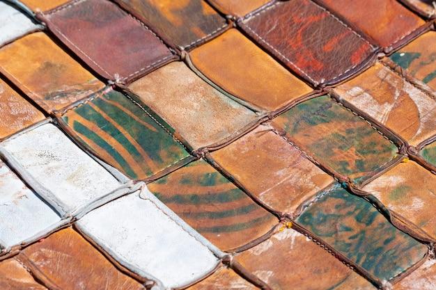 明るい斜めのパターンで一緒に組み合わされた古い革の部分