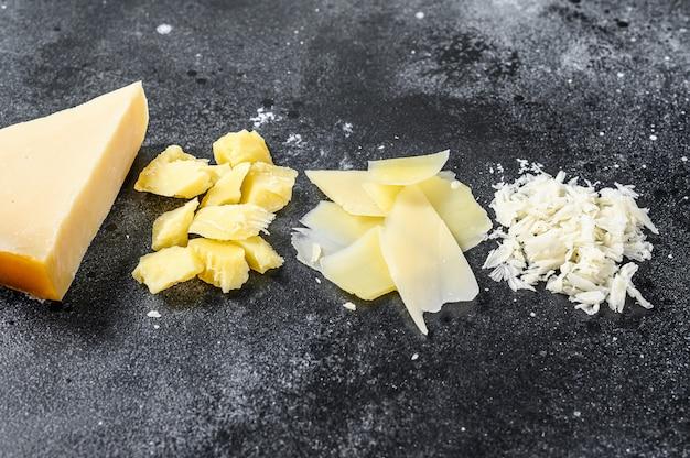 Кусочки твердого сыра пармиджано реджано.
