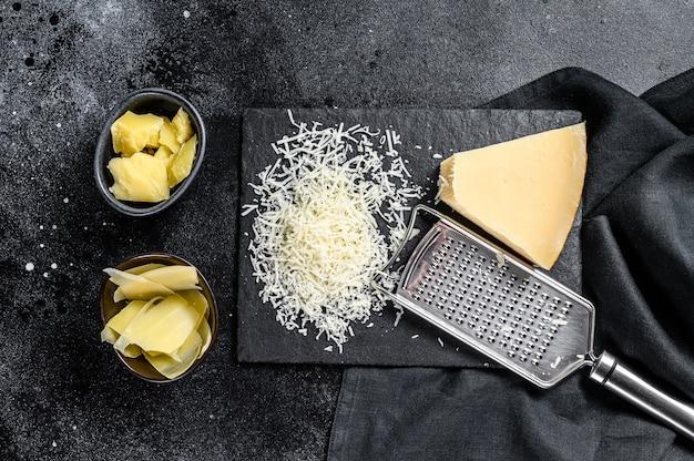 Кусочки твердого сыра пармезан-реджано.