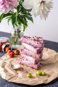 딸기와 핑크 무스의 조각