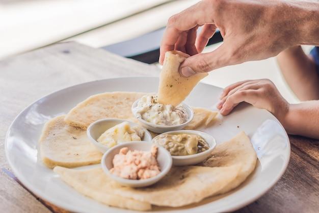 Кусочки лаваша и четыре вида греческих соусов