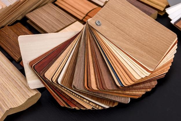 Кусочки досок на деревянных фоне крупным планом