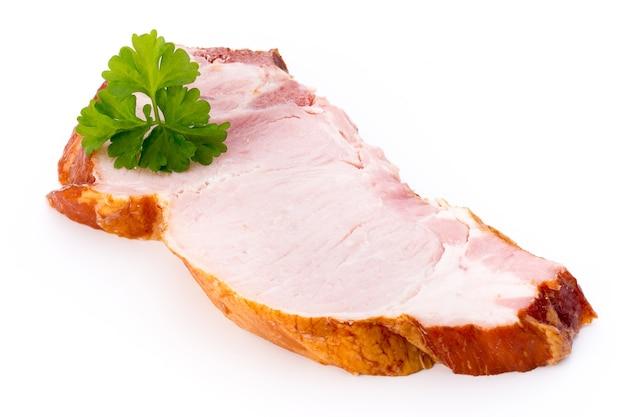 白い表面に分離された豚肉のかけら。