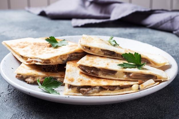 Кусочки кесадильи со сметаной из грибов и сыром