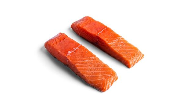 Кусочки сырого лосося, изолированные на белом.