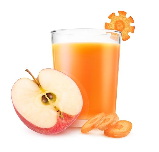 흰 배경에 분리된 빨간 사과 조각과 신선한 당근, 과일 주스 한 잔