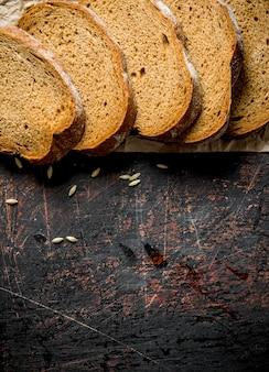 Кусочки ржаного хлеба. на темном деревенском фоне
