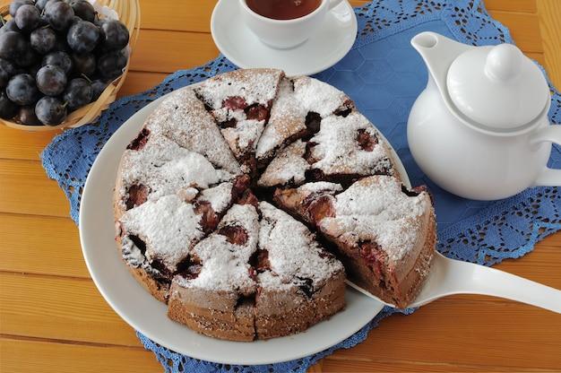 매실과 차 한 잔을 곁들인 스폰지 케이크 조각