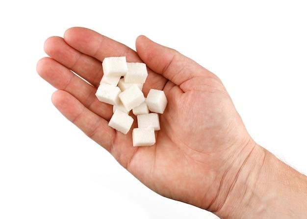 Кусочки сахара в руке изолировать