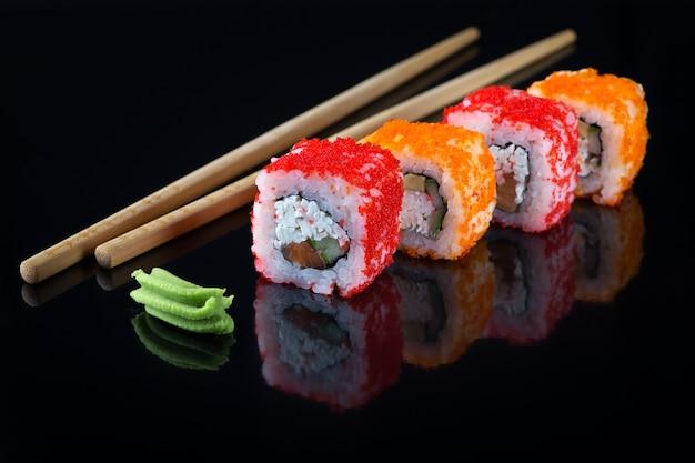 テキスト用のスペースがある黒い背景の寿司のかけら日本料理アジア料理
