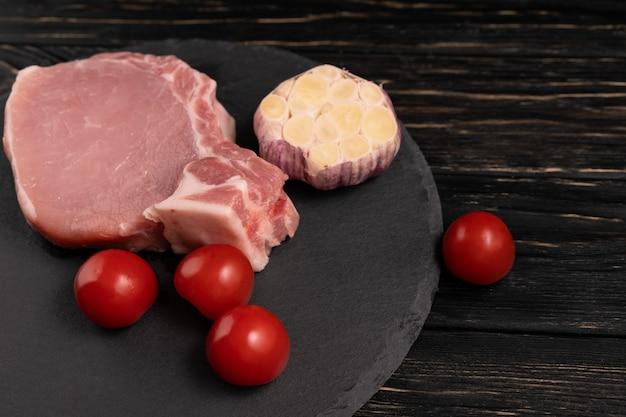 生の豚肉とトマト