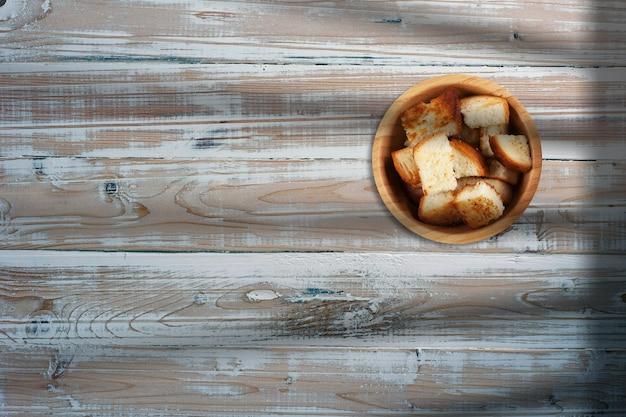 Кусочки жареного хлеба в творческой концептуальной композиции плоской планировки с копией пространства.