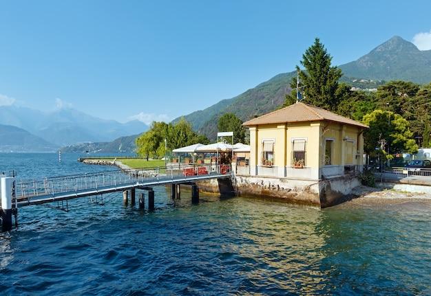 Пирс и озеро комо (италия) летний вид побережья с борта корабля