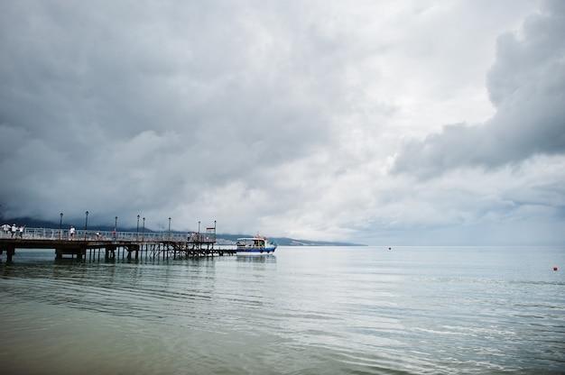ブルガリアの黒海のサニービーチの桟橋。夏休み旅行休暇。