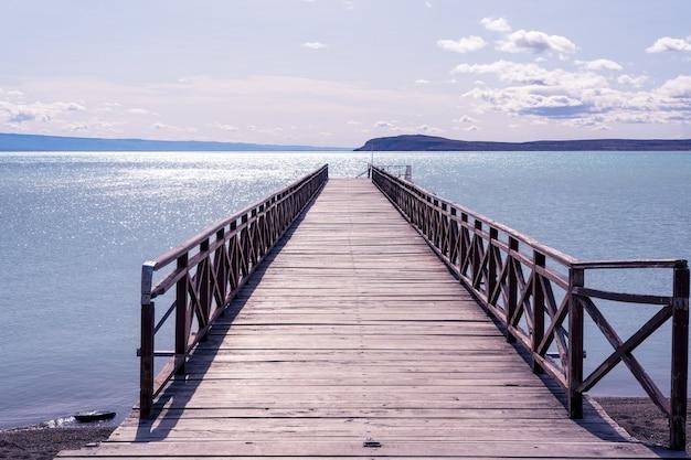 엘 칼라파테 아르헨티나의 아름다운 날에 호수 부두