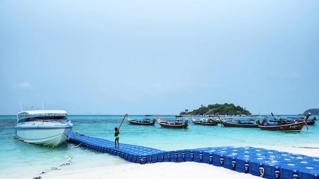 Пирс из плавучих буев на тропическом пляже